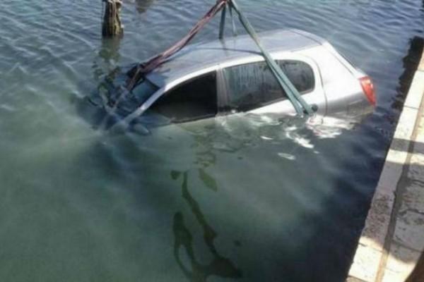 Συναγερμός στον Πειραιά: Αυτοκίνητο με δύο άτομα έπεσε στο λιμάνι (Video)
