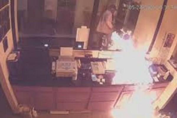 Ληστής έβαλε φωτιά σε υπάλληλο ξενοδοχείου - Σοκαριστικό βίντεο