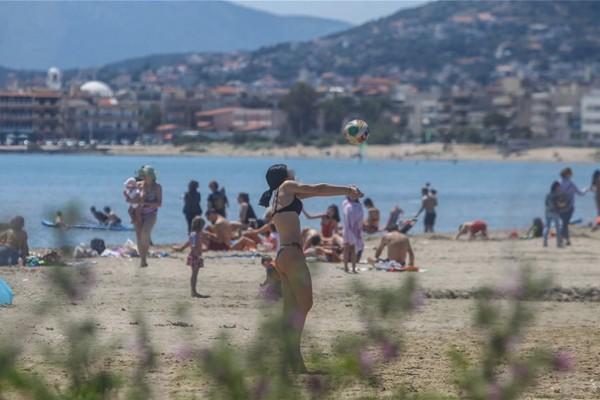 Άρση μέτρων: Καλοκαιριάζει και… ο κόσμος γέμισε τις παραλίες για το πρώτο μπάνιο