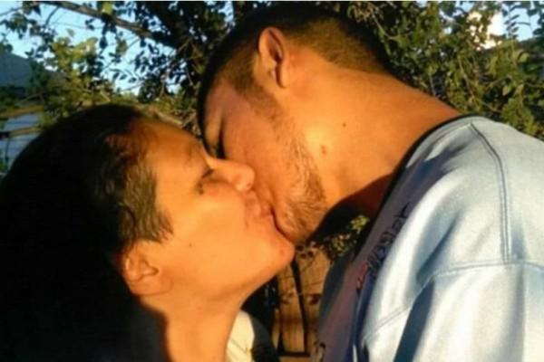 Διαστροφή: 37χρονη ερωτεύεται και κάνει σχέση με τον 20χρονο γιο της