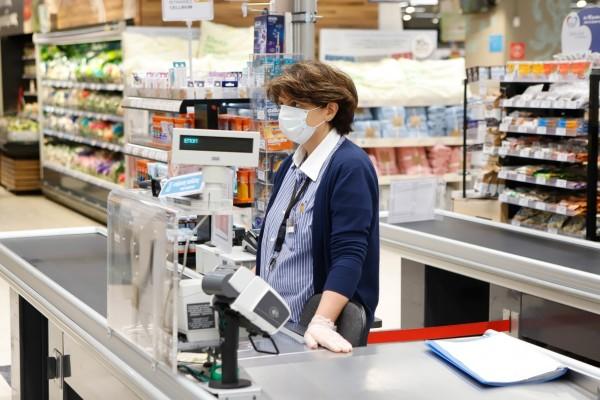 Ανατροπή με τις μάσκες: Μειώνονται οι τιμές τους στα σούπερ μάρκετ