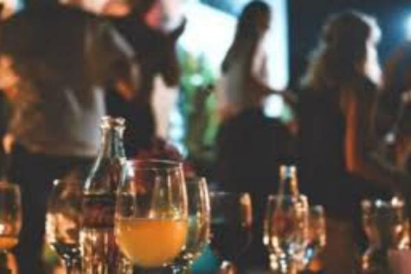 Μύκονος: Σάλος για πάρτι με χανούμισσες και στριπτίζ σε εκκλησία - Η... γιορτή που έστησε πασίγνωστη οικογένεια του νησιού