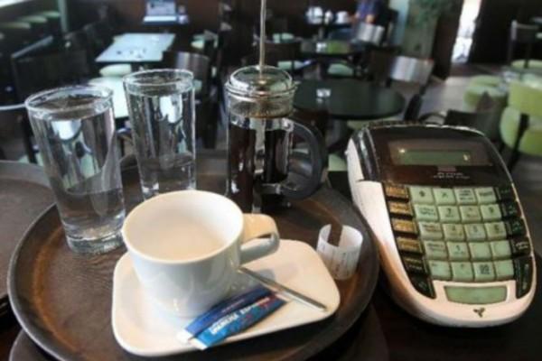 Οι νέες τιμές μετά τις μειώσεις του ΦΠΑ - Πόσο θα πληρώνουμε από 1η Ιουνίου για καφέ, εισιτήρια, σινεμά
