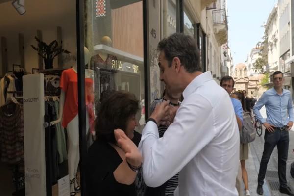 Έπος: Ο Κυριάκος Μητσοτάκης απέφυγε λόγω κορωνοϊού θαυμάστρια που πήγε να τον φιλήσει