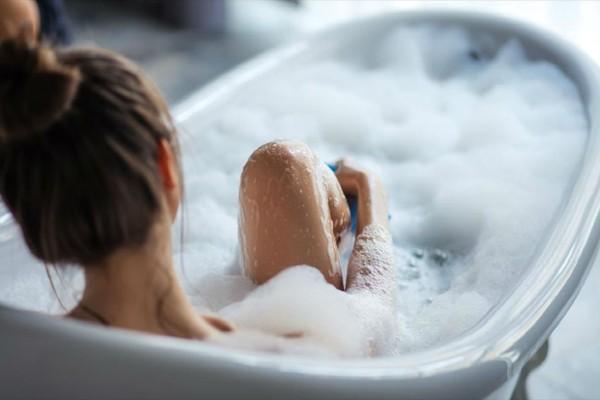 Γέμισε τη μπανιέρα με νερό και έριξε μέσα 5 κουταλιές ελαιόλαδο - Μόλις δείτε το λόγο θα εκπλαγείτε!