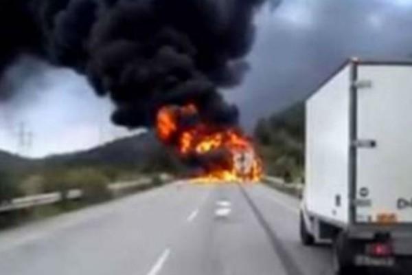 Συναγερμός στην εθνική οδό Πατρών-Πύργου - Νταλίκα «τυλίχθηκε» στις φλόγες (Video)