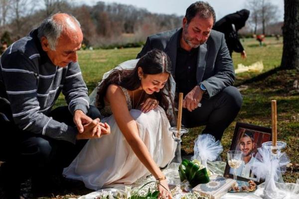Τραγική ειρωνεία - Αυτή η γυναίκα κλαίει στον τάφο του άνδρα της φορώντας νυφικό την ημέρα που θα...