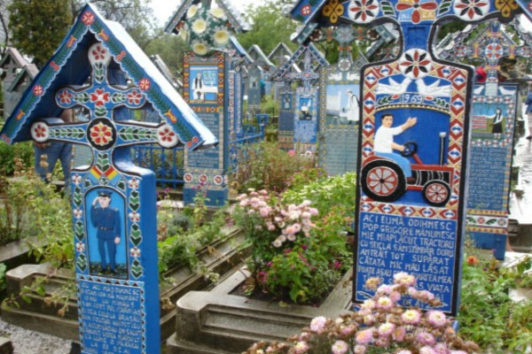 Αυτοί οι τάφοι είναι πολύχρωμοι κι έχουν γραμμένους στίχους - Ο λόγος; Απίστευτος!