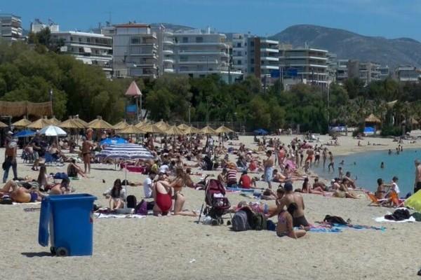 Παραλία… και την Κυριακή: Γέμισαν τις πλάζ στην Αττική και… παρακολουθούν οι αστυνομικοί