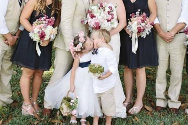 Όταν έπρεπε ο γαμπρός να φιλήσει τη νύφη είδαν το 4χρονο παρανυφάκι να...Θα πάθετε πλάκα