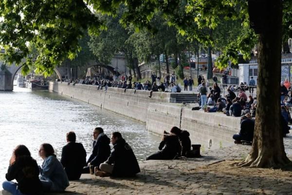 Ρεσιτάλ ανευθυνότητας στη Γαλλία: Αψήφησαν τον κορωνοϊό και γέμισαν τον Σηκουάνα