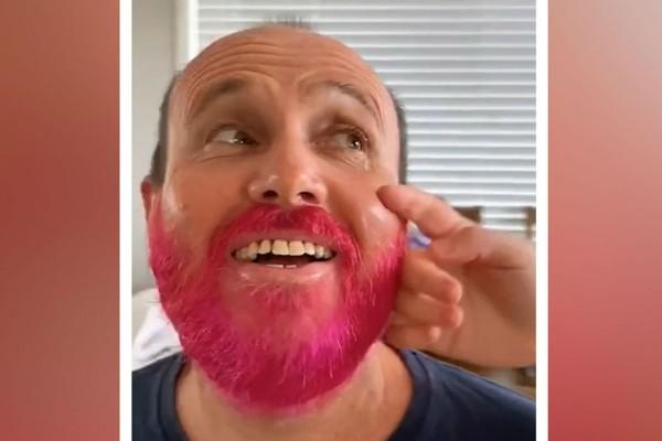 Αυτός ο άντρας βάφει ροζ το μούσι του - Μόλις δείτε το λόγο θα συγκινηθείτε