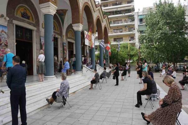 Λάρισα  - Εκκλησία: Με σύνεση και τις καρέκλες έξω από τον ναό παρακολούθησαν οι πιστοί την Λειτουργία (photos)
