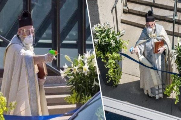 Η φωτογραφία με τον ιερέα που έγινε viral - Γέμισε με αγιασμό το νεροπίστολο του και άρχισε να ψεκάζει