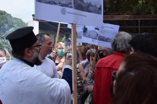Απίστευτες εικόνες στην Ηλιούπολη: «Ξύλο» μεταξύ διαδηλωτών και πιστών