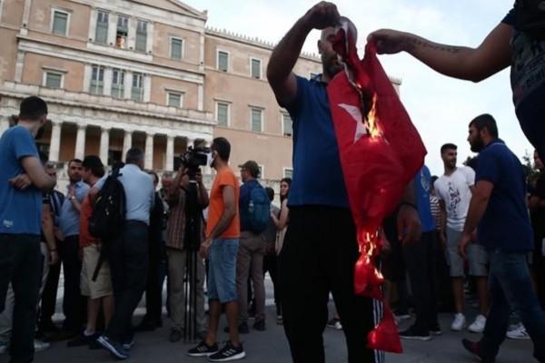 Εντάσεις στο Σύνταγμα - Έκαψαν την Τουρκική σημαία