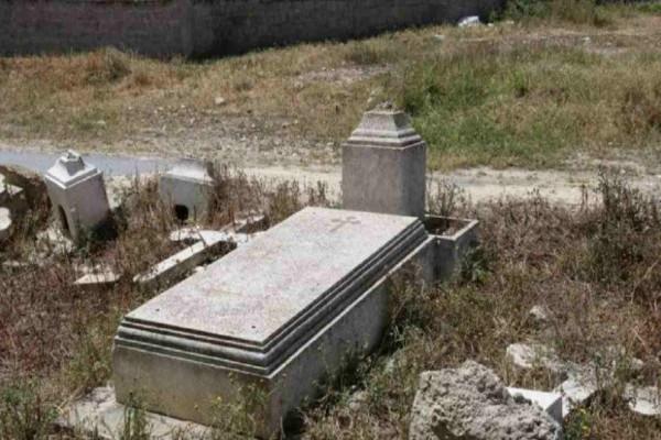 Εικόνες ντροπής: Είναι ο τάφος πασίγνωστου Έλληνα που θυμίζει… χωράφι (photos)