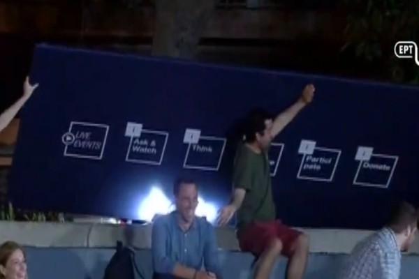 Έπος: Ο Αλέξης Τσίπρας είπε «Μητσοτάκης» και... το ταμπλό έπεσε στους θεατές!