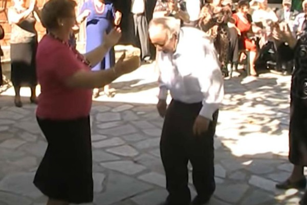 Τσιφτετέλι για τρελά κέφια: Παππούς και γιαγιά χορεύουν και αφήνουν άφωνους τους πάντες