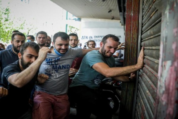 Χαμός στο Υπουργείο Εργασίας: Ένταση με εργαζόμενους και χρήση χημικών