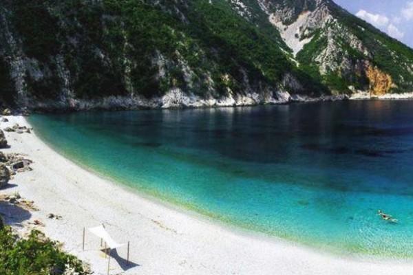 Παραλία Θαψά: Μαγευτικός προορισμός για μπάνιο κοντά στην Αθήνα
