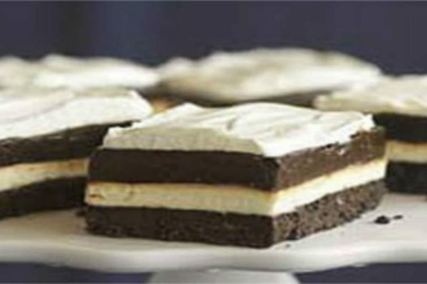 Ελαφρύ γλυκό ψυγείου με μπισκότα και σοκολάτα - Εύκολη και γρήγορη συνταγή
