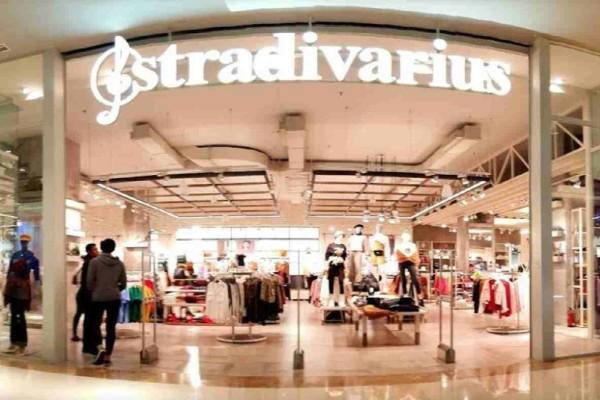 Stradivarius: Το girly, λουλουδάτο φόρεμα που δεν θα θες να αποχωριστείς αυτό το καλοκαίρι