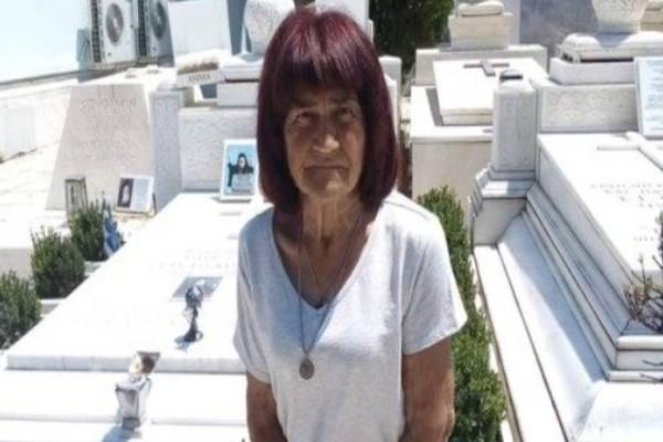 75χρονη γυναίκα ξημερωβραδιάζεται στον τάφο του Χριστόδουλου: Πηγαίνει επί 12 χρόνια σερί