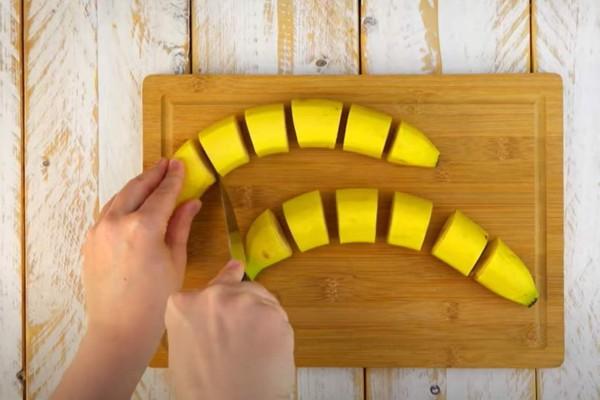 Κόβει τις μπανάνες σε 12 κομμάτια και ρίχνει σοκολάτα -  20 λεπτά μετά βλέπει το αποτέλεσμα και...