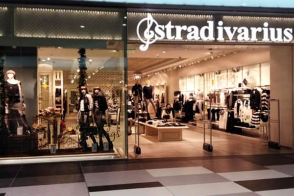 Stradivarius: Το μίνιμαλ φόρεμα που θα φοράς μέρα νύχτα κοστίζει λιγότερο από 20€