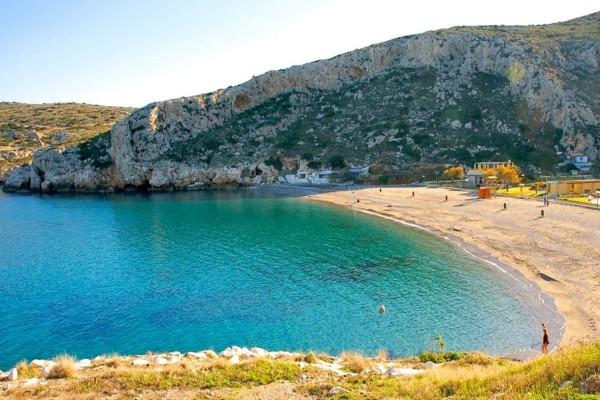 Κακιά Θάλασσα: Το νησάκι της Αττικής με τα τιρκουάζ νερά