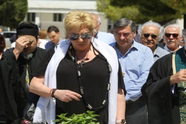 Μαυροφορεμένη η Δήμητρα Λιάνη στο τρισάγιο στον τάφο του Ανδρέα Παπανδρέου