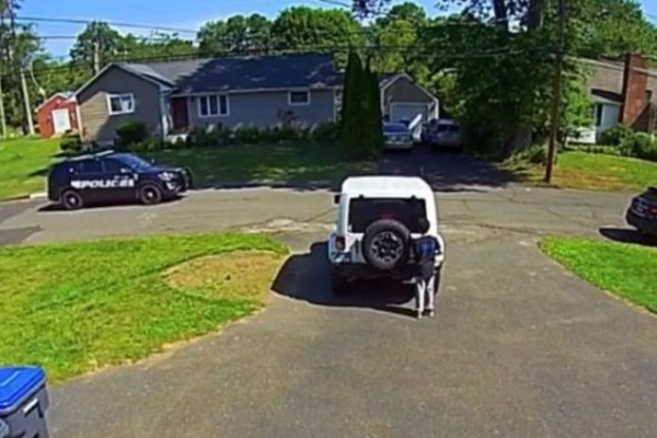 10χρονο αγοράκι βλέπει αστυνομικούς και κρύβεται μετά τη δολοφονία Φλόιντ - Σοκαριστικό βίντεο