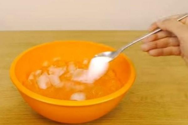 Ρίχνει αλάτι και πάγο σε ένα μπολ - Μόλις δείτε το γιατί θα το κάνετε και εσείς... (Video)