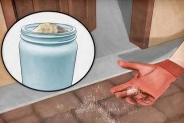 Ρίχνει αλάτι έξω από την πόρτα του σπιτιού της - Θα το κάνετε και εσείς όταν δείτε τι συμβαίνει