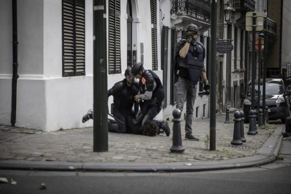 Σάλος στο Βέλγιο: Αστυνομικοί πατούσαν έφηβο στο έδαφος με τα γόνατα για 5 λεπτά