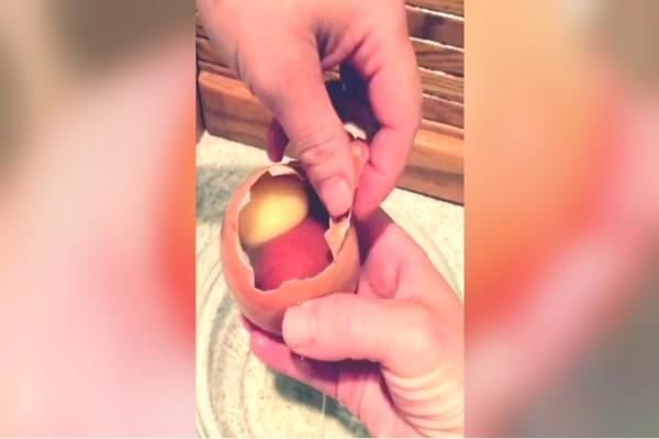 Κράτησε αυτό το αυγό και είδε μέσα κάτι κόκκινο - Όταν το άνοιξε... του