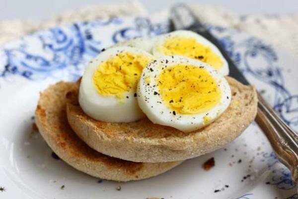 Αυτός είναι ο λόγος που δεν πρέπει να βάζετε αλάτι στα βραστά αυγά σας