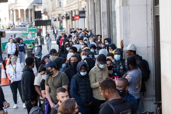 Κανένας... κορωνοϊός: Ουρές και... κατασκήνωση από εκατοντάδες πολίτες στο άνοιγμα μεγάλων καταστημάτων