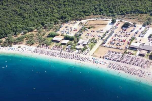 Η μαγευτική παραλία σε νησί του Ιονίου με τα καταγάλανα νερά! Θα περάσεις την μέρα σου με 5 ευρώ (video)