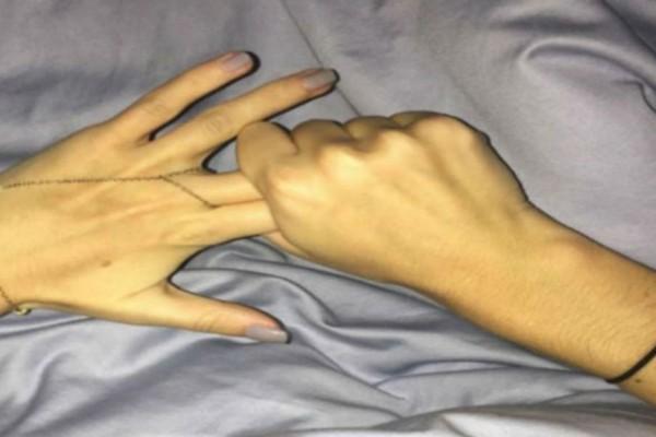 Πιάνει τα 2 της δάχτυλα και τα κρατάει για 3 λεπτά - Μόλις μάθετε το λόγο, θα το κάνετε και εσείς (Video)