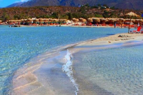 Παράδεισος: Το μικρό ελληνικό νησί με τα τιρκουάζ νερά και τις λευκές και ροζ αμμουδιές