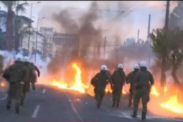 Άγρια επεισόδια στο κέντρο της Αθήνας: Μολότοφ και δακρυγόνα έξω από την αμερικανική πρεσβεία (Video)