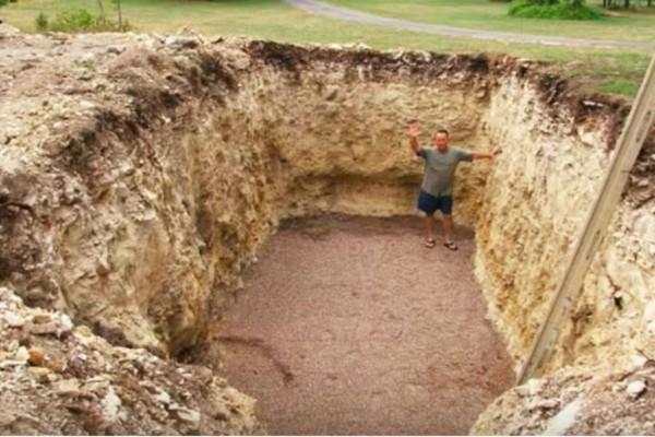 Έσκαβε για μήνες αυτήν την τρύπα στον κήπο του και οι γείτονες τον κορόιδευαν - Όταν όμως είδαν σε τι την μετέτρεψε... πάγωσαν (Video)