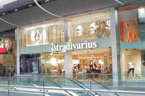 Stradivarius: Το τσαντάκι στο απόλυτο χρώμα της σεζόν κοστίζει μόλις 12,99€