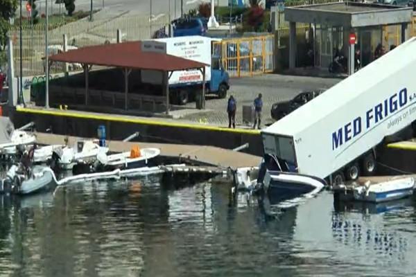 Φοβερές εικόνες: Νταλίκα έπεσε μες στο νερό στο λιμάνι της Καβάλας
