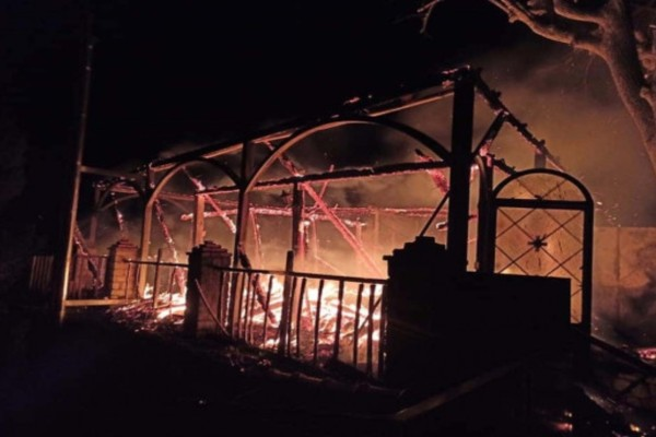Εικόνες σοκ στην Φωκίδα: Η φωτιά κατέστρεψε ολοσχερώς τη Μονή Βαρνάκοβας