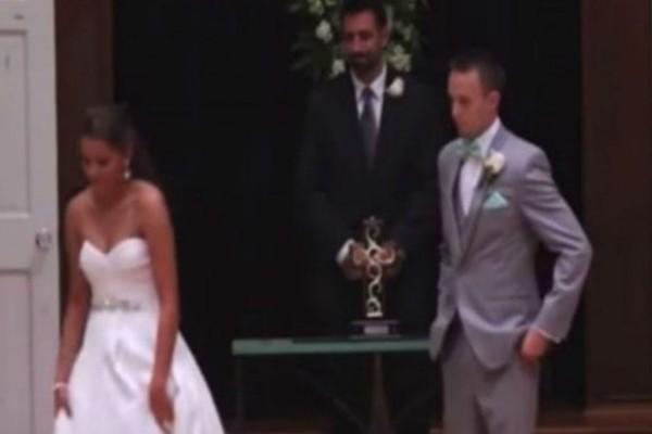Ο γαμπρός βλέπει τη νύφη να φεύγει και μένει άναυδος... Kοιτάξτε τα χέρια της και θα πάθετε-σοκ (Video)