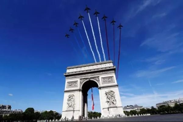 Κορωνοϊός: Προσφέρει φόρο τιμής σε όσους τον πάλεψαν για την εθνική της εορτή η Γαλλία