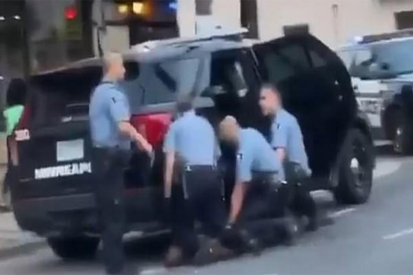 Δολοφονία Φλόιντ: Στο δικαστήριο οι τρεις αστυνομικοί